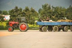 09/08/18, Hamhung, Noord-Korea: een de planeconomieplaats van de het Noorden Koreaanse propaganda met een tractor die op plaats a stock afbeelding