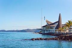 HAMILTON Ö, PINGSTDAGÖAR - AUGUSTI 24 2018: Hamilton Island Yacht Club som planläggs av Walter Barda, är som påminner om av fotografering för bildbyråer
