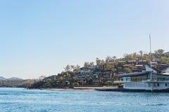 HAMILTON Ö, PINGSTDAGÖAR - AUGUSTI 24 2018: Hamilton Island Yacht Club som planläggs av Walter Barda, är som påminner om av arkivbild