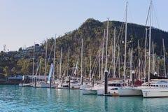 HAMILTON Ö, PINGSTDAGÖAR - AUGUSTI 24 2018: Yachter förtöjde i marina som var klar för starten av loppveckan Augusti 24, 2018, arkivbild