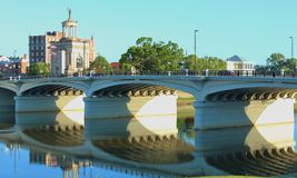Hamilton Bridge Reflecting su Great Miami River nell'Ohio Fotografia Stock Libera da Diritti