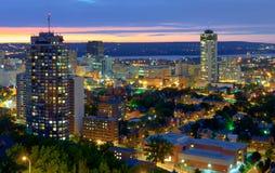 Hamilton Kanada, på den blåa timmen Arkivbild