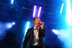 Hamilton Leithauser, cantante de los walkman (banda), se realiza en Arc de Triomf gratis Fotos de archivo