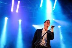 Hamilton Leithauser, cantante de los walkman (banda), se realiza en Arc de Triomf gratis Imagen de archivo libre de regalías