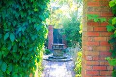 HAMILTON, NZ - 25. FEBRUAR 2015: Brunnen, englischer Blumen-Garten, Hamilton Gardens Stockfotos