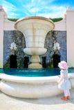 HAMILTON NZ - FEBRUARI 25, 2015: Trädgårds- springbrunn i Hamilton Gardens arkivbilder