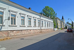 Hamina, Finlandia La calle con la casa de un piso que pasa por alto la iglesia del santo de Maria Imagenes de archivo