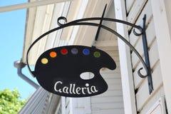 Hamina, Finnland Ein Straßenschild - eine Kunstpalette mit dem Aufschrift ` Galleria ` Stockfotos