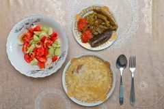 Hamirashi Erishde盘、badumcan被充塞的盘和黄瓜,蕃茄沙拉阿塞拜疆人盘 免版税库存照片