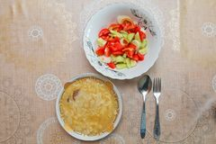 Hamirashi Erishde盘、badumcan被充塞的盘和黄瓜,蕃茄沙拉阿塞拜疆人盘 库存照片