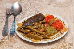 Hamirashi Erishde盘,茄子充塞了盘和黄瓜,蕃茄沙拉阿塞拜疆人盘 免版税库存图片
