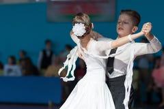 Hamko Egor och Bloshentceva Diana Perform Juvenile-1 standart europeiskt program Royaltyfria Bilder