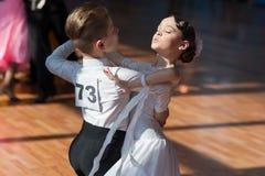 Hamko Egor och Bloshentceva Diana Perform Juvenile-1 standart europeiskt program Royaltyfri Fotografi
