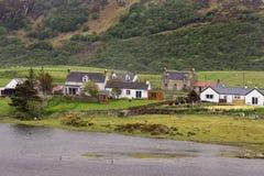 Hamlet a lo largo del río de Naver en Escocia del norte Foto de archivo