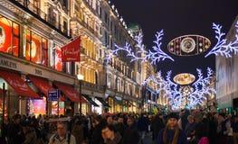 Hamley的玩具店,销售在伦敦开始了 在圣诞灯的摄政的街道 库存照片