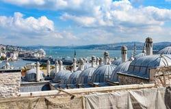 Hammamen mot den Suleymaniye moskén Arkivbild