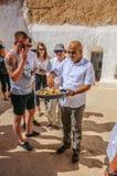 HAMMAMET,突尼斯- 2014年10月:人哺养与蛋糕和蜂蜜2014年10月7日 免版税库存图片