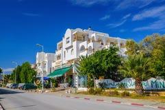 HAMMAMET,突尼斯- 2014年10月:有枣椰子、树和白色大厦的街道2014年10月6日 图库摄影