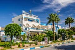 HAMMAMET,突尼斯- 2014年10月:有枣椰子、树和白色大厦的街道2014年10月6日 免版税库存照片