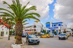 HAMMAMET,突尼斯- 2014年10月:有枣椰子、树和白色大厦的街道2014年10月6日 库存图片