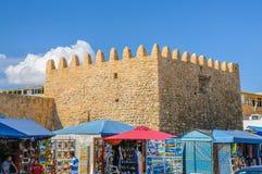 HAMMAMET,突尼斯- 2014年10月:麦地那石古老墙壁有义卖市场的2014年10月6日 库存照片