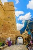 HAMMAMET,突尼斯- 2014年10月:麦地那石古老墙壁有义卖市场的2014年10月6日 图库摄影