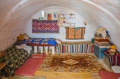 HAMMAMET,突尼斯- 2014年10月:bedoin巴巴里人房子内部在2014年10月7日的撒哈拉大沙漠 免版税图库摄影