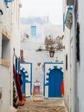Hammamet-Тунис-переулки стен старых улиц города белых арабских Стоковое Изображение RF
