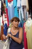 HAMMAMET, TÚNEZ - 29 DE SEPTIEMBRE 2007: Una mujer vino al marke Foto de archivo libre de regalías