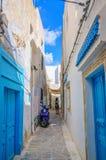 HAMMAMET, TÚNEZ - octubre de 2014: Calle estrecha de Medina el 6 de octubre de 2014 Imagen de archivo libre de regalías