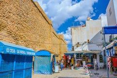 HAMMAMET, TÚNEZ - octubre de 2014: Pared antigua de piedra de Medina con el bazar el 6 de octubre de 2014 Imagenes de archivo