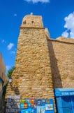 HAMMAMET, TÚNEZ - octubre de 2014: Pared antigua de piedra de Medina con el bazar el 6 de octubre de 2014 Fotografía de archivo