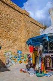 HAMMAMET, TÚNEZ - octubre de 2014: Pared antigua de piedra de Medina con el bazar el 6 de octubre de 2014 Imágenes de archivo libres de regalías