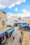 HAMMAMET, TÚNEZ - octubre de 2014: Pared antigua de piedra de Medina con el bazar el 6 de octubre de 2014 Foto de archivo libre de regalías