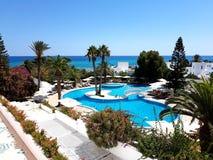 Hammamet, Tunesië - Juli 25, 2017: De toeristen ontspannen door de pool van hotelclub Novostar Sol Azur Beach Congres stock foto