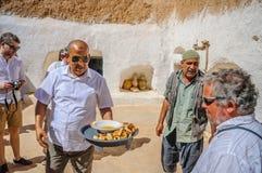 HAMMAMET, TUNESIË - Oct 2014: De mens voedt met cake en honing op 7 Oktober, 2014 Stock Afbeelding