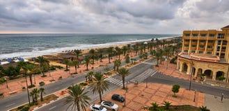 HAMMAMET, TUNESIË - OCT 2014: Palmensteeg dichtbij beachl op Oktober stock fotografie