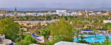HAMMAMET, TUNESIË - OCT 2014: Zwembad in luxehotel op 10 Oktober, 2014 in Hammamet, Tunesië royalty-vrije stock afbeelding
