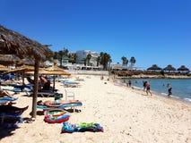 Hammamet, Tunesien - 25. Juli 2017: Leute entspannen sich auf dem Strand von Hotel Club Novostar Sol Azur Beach Congres Stockbilder