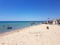 Hammamet, Tunesien - 25. Juli 2017: Leute entspannen sich auf dem Strand von Hotel Club Novostar Sol Azur Beach Congres Lizenzfreie Stockbilder