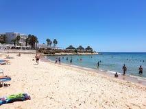 Hammamet, Tunesien - 25. Juli 2017: Leute entspannen sich auf dem Strand von Hotel Club Novostar Sol Azur Beach Congres Lizenzfreie Stockfotografie