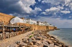 HAMMAMET, TUNESIEN - OKTOBER 2014: Café auf steinigem Strand von altem MED Stockfoto