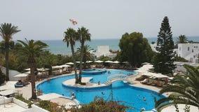 Hammamet, Tunisia - 25 luglio 2017: I turisti si rilassano dallo stagno del club Novostar Sol Azur Beach Congres dell'hotel archivi video