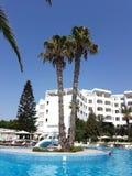 Hammamet, Tunisia - 25 luglio 2017: I turisti si rilassano dallo stagno del club Novostar Sol Azur Beach Congres dell'hotel Immagini Stock Libere da Diritti