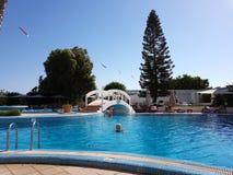 Hammamet, Tunisia - 25 luglio 2017: I turisti si rilassano dallo stagno del club Novostar Sol Azur Beach Congres dell'hotel Immagine Stock Libera da Diritti
