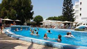 Hammamet, Tunisia - 25 luglio 2017: I turisti sono impegnati nell'aerobica dell'acqua nel club Novostar Sol Azur Beach Congres de stock footage