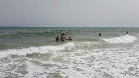 Hammamet, Tunisia - 25 luglio 2017: I turisti stanno bagnando nel mare e stanno rilassando sulla spiaggia archivi video
