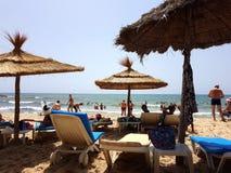 Hammamet, Tunisia - 25 luglio 2017: La gente si rilassa sulla spiaggia del club Novostar Sol Azur Beach Congres dell'hotel Fotografia Stock