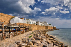 HAMMAMET, TUNISIA - OTTOBRE 2014: Caffè sulla spiaggia pietrosa del Med antico Fotografia Stock