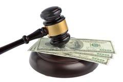 Hammare av domaren med pengar som isoleras på vit Royaltyfri Fotografi